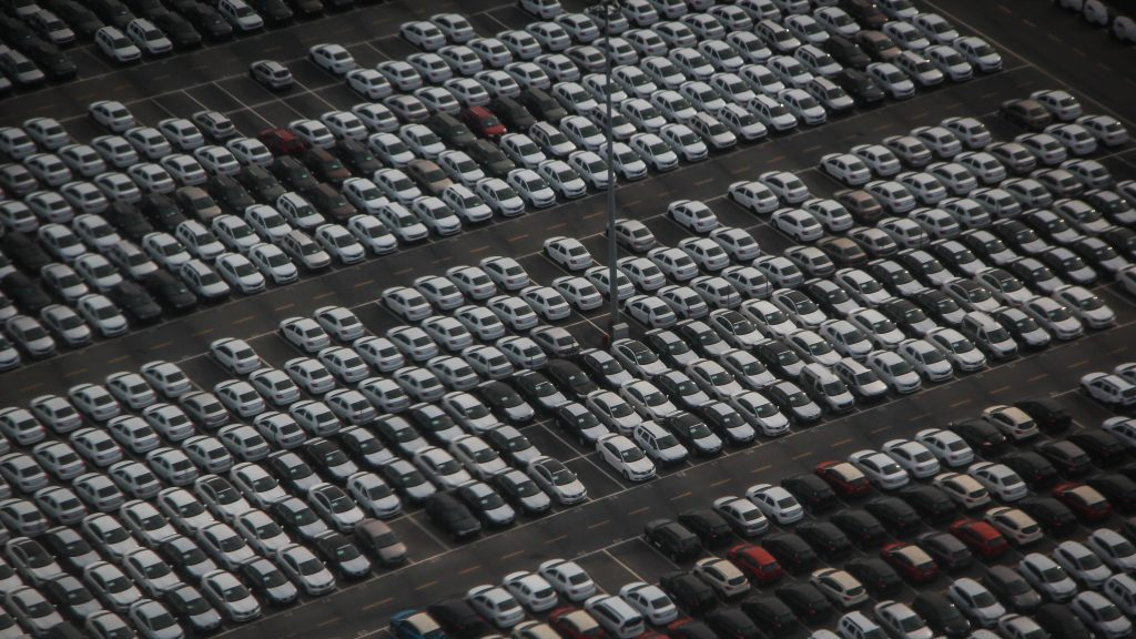 Parkplatz eines Automobilherstellers mit neuen Fahrzeugen